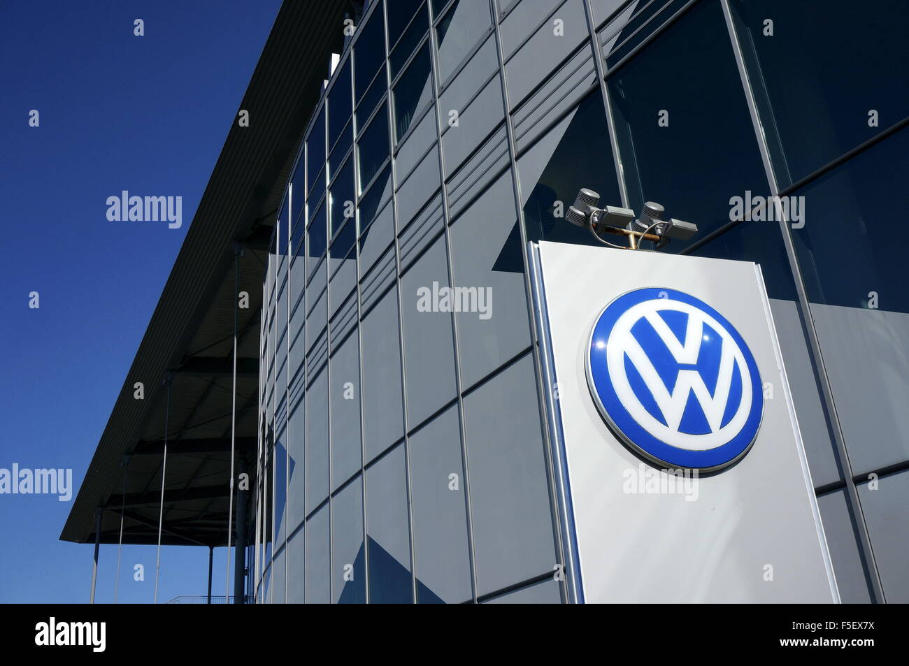 Wolfsburg, Germany. 01st Oct, 2015. A sign with the Volkswagen logo in front of the Volkswagen Arena in Wolfsburg, - Stock Image