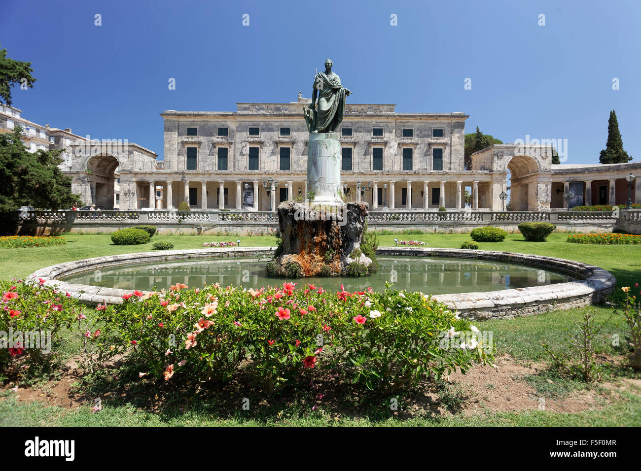Memorial to Sir Thomas Maitland in front of Asian Art Museum, Palace of St. Michael and St. George, Kerkyra historic - Stock Image