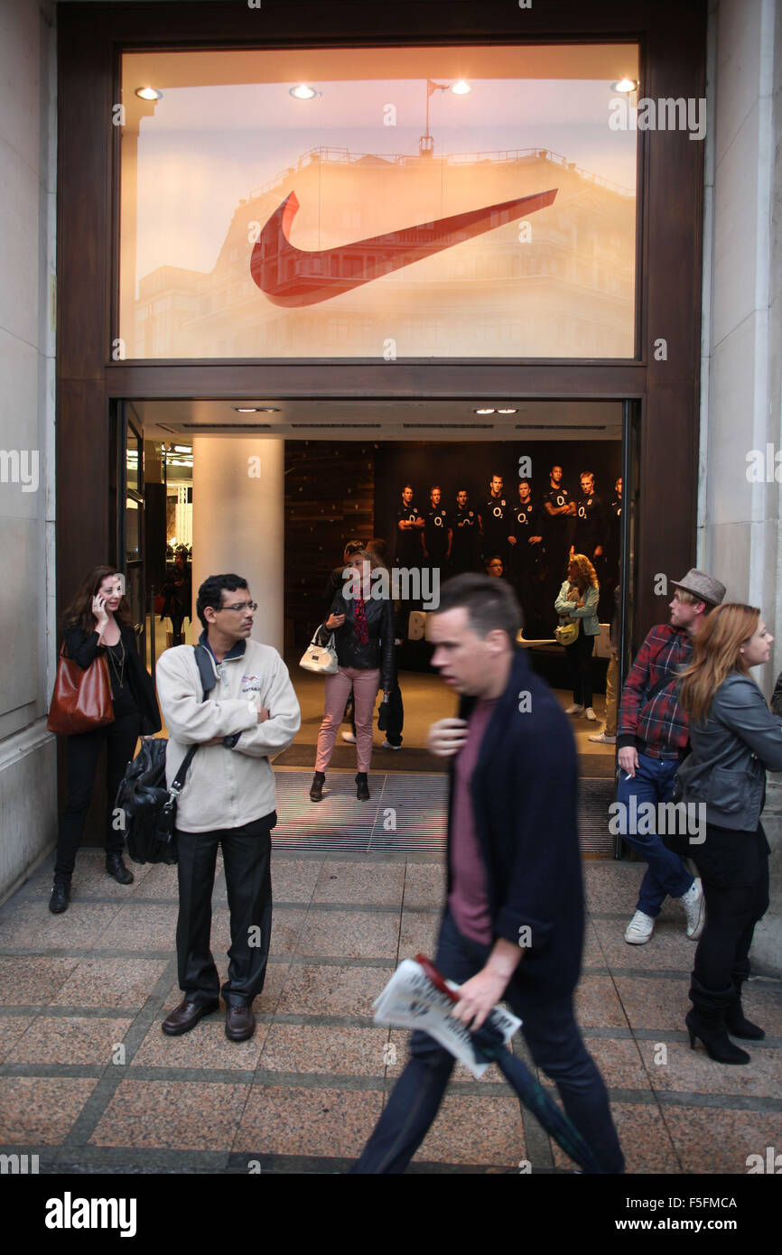 People Outside The Nike Store In London With A Large Red Swoosh Logo Over Door C Ruaridh Stewart ZUMAPRESS Alamy Live News