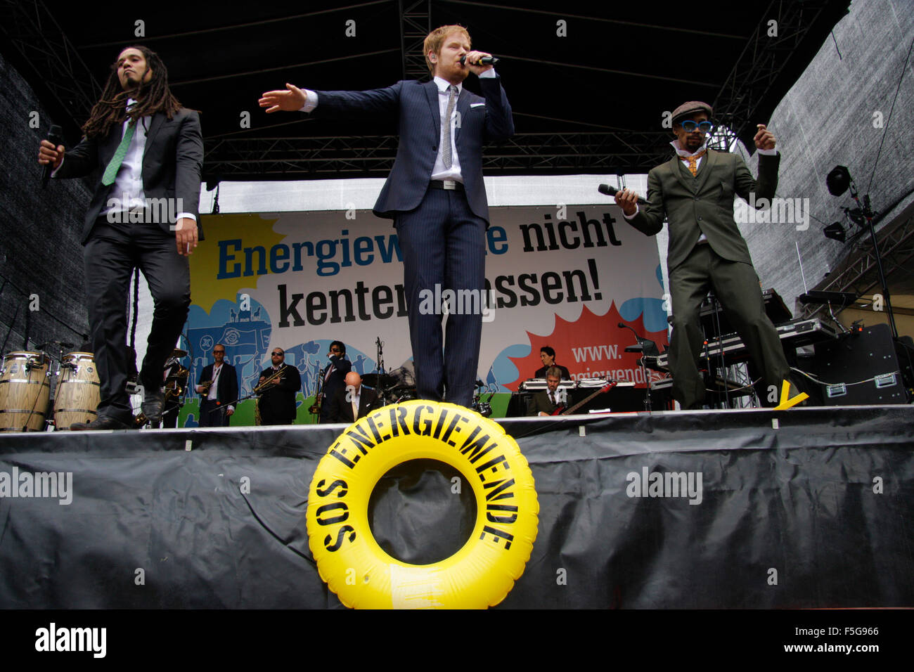 Frank A. Delle (Eased), Pierre Baigorry (Peter Fox), Demba Nabe - Auftritt der Band 'Seeed' - Demonstration - Stock Image