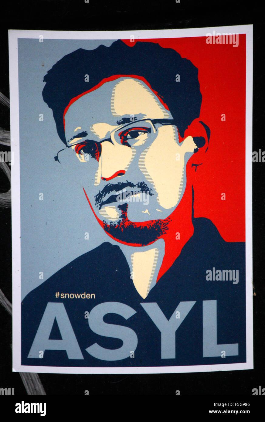 Aufkleber mit dem Portrait von Edward Snoden und dem Slogan 'Asyl', Berlin-Tiergarten. - Stock Image