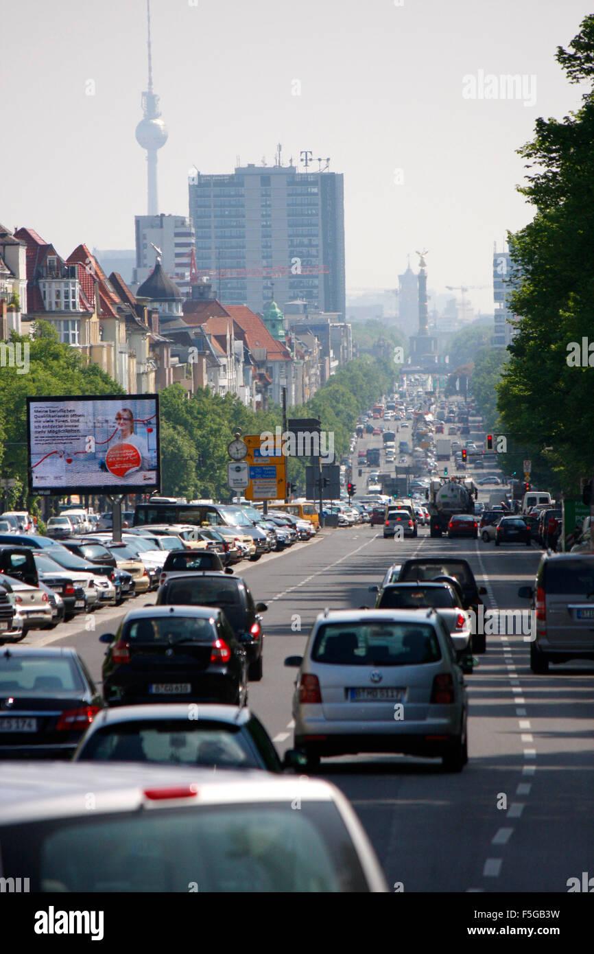 Strassenverkehr in Berlin: Verkehr auf der Heerstrasse, im Hintergrund Siegessaeule und Fernsehturm, Berlin. - Stock Image