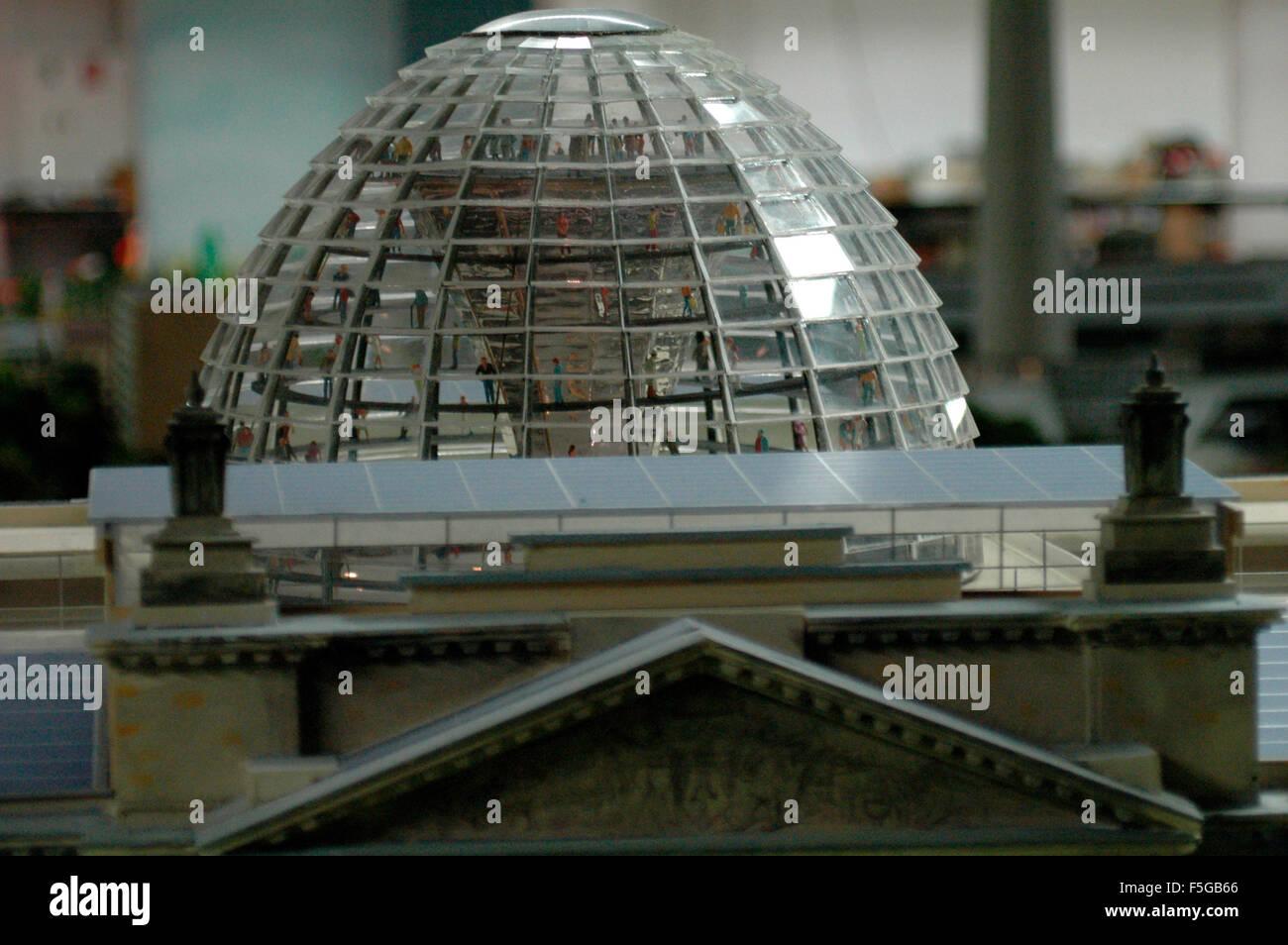 Modell Reichstag, Kuppel - 'Loxx': eine grosse Modelleisenbahnanlage, in die zahlreiche Modelle Berliner - Stock Image