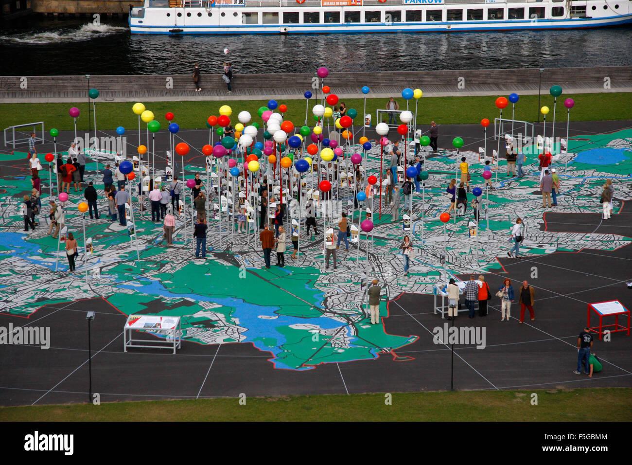 die Open-Air-Installation 'Stadt der Vielfalt', Schlossplatz, Berlin-Mitte. - Stock Image