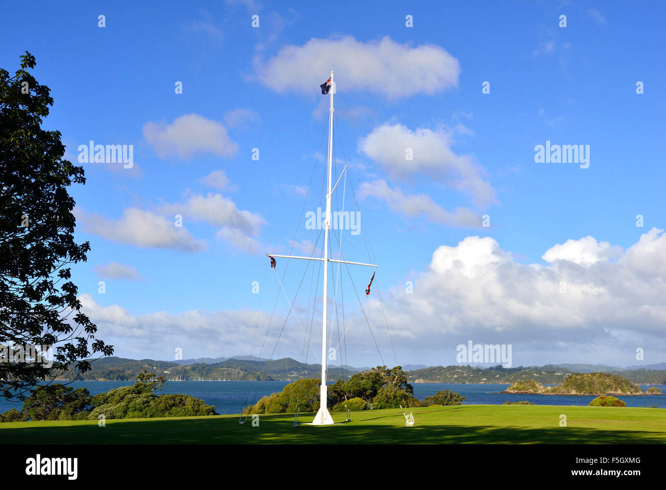 The flagstaff in Treaty of Waitangi  Grounds marks the spot where the Treaty of Waitangi was first signed on 6 February - Stock Image