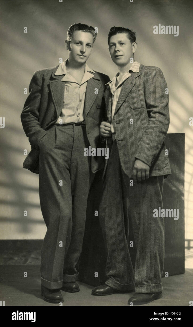 Two friends with typical clothes of the 40s, Italy - Stock Image