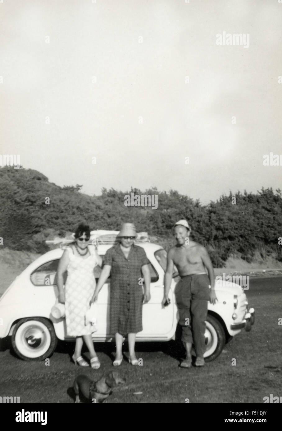 Family with car FIAT 600, Italy - Stock Image
