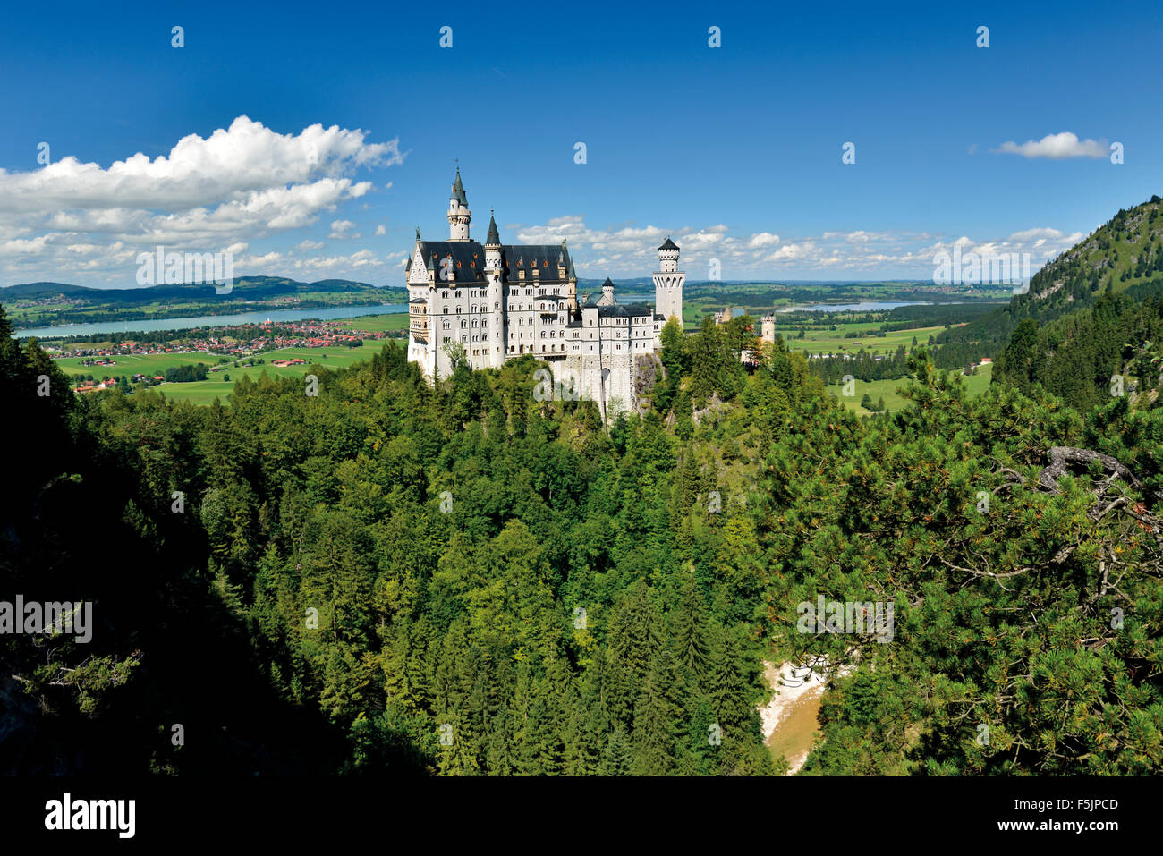 Germany: View to famous castle and palace  'Neuschwanstein' in Bavaria - Stock Image