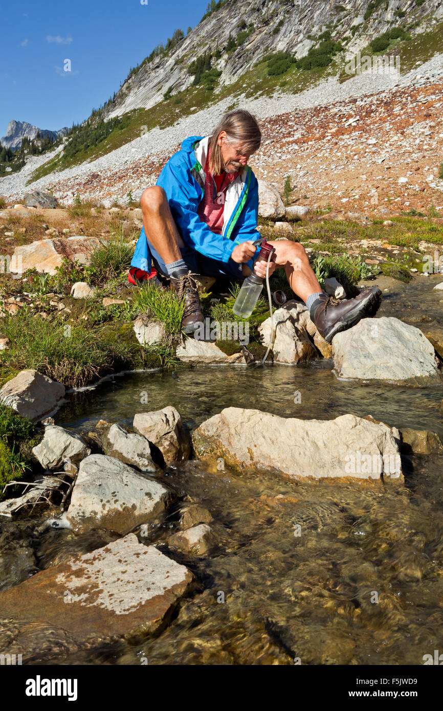 WASHINGTON - Pumping water for drinking from Upper Lyman Lake in Glacier Peak Wilderness of the Cascade Mountains. - Stock Image
