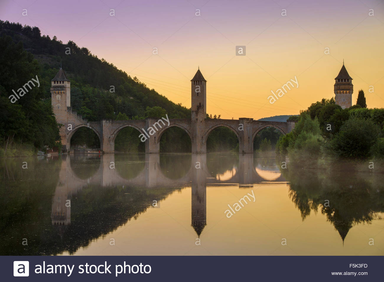 Evening dusk over Pont Valentre along River Lot at Cahors, Midi-Pyrenees, Occitanie, France - Stock Image