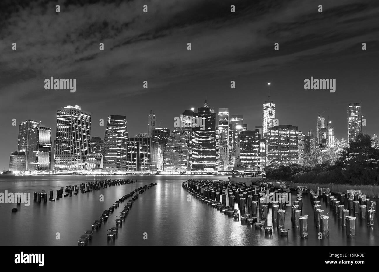 Black and white photo of Manhattan waterfront at night, New York City, USA. - Stock Image