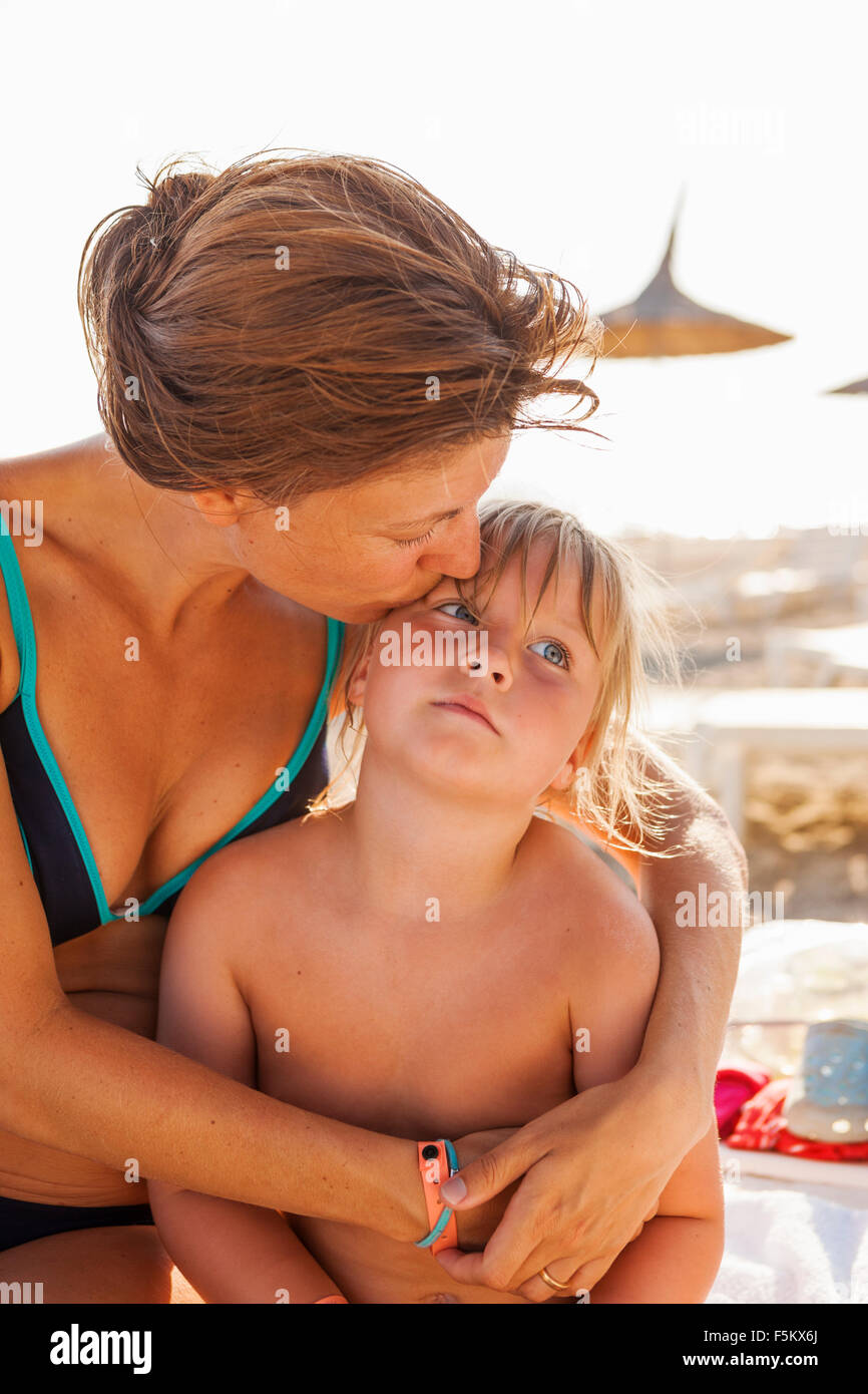 Turkey, Alanya, Mother embracing her daughter (4-5) on beach - Stock Image