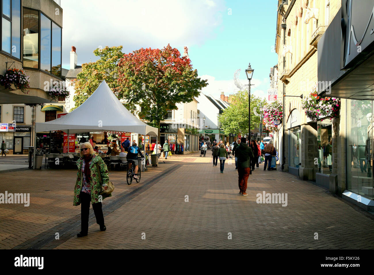 The pedestrianized shopping street in Autumn of West Gate at Mansfield in Nottinghamshire, UK. - Stock Image