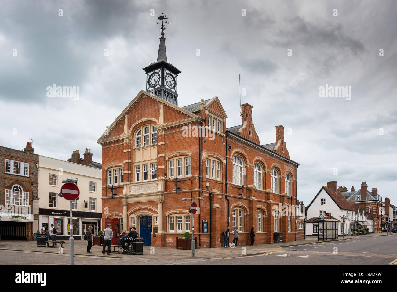 Oxfordshire Thame town showing town hall clock tower buildings street - Stock Image
