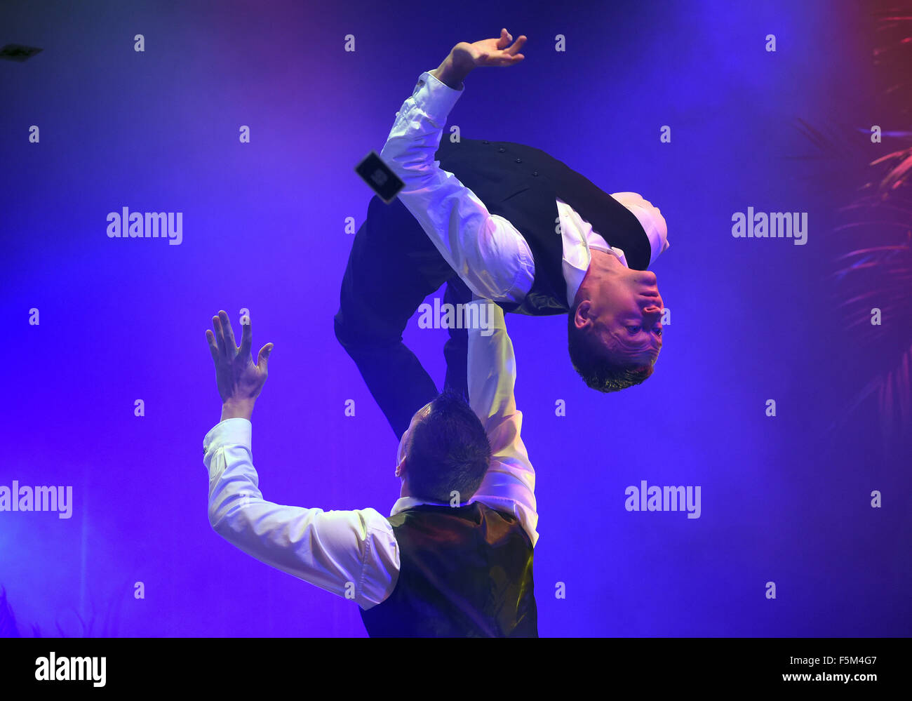 Duesseldorf, Germany. 05th Nov, 2015. Artistes Timo Niermann and Robin Witt perform at the Roncalli`s Apollo Varietè - Stock Image