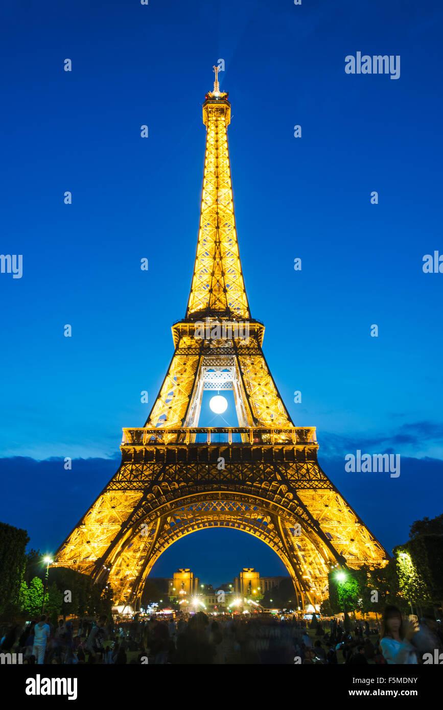 Illuminated Eiffel Tower at night, tour Eiffel, Champ de Mars, Paris, Ile-de-France, France - Stock Image