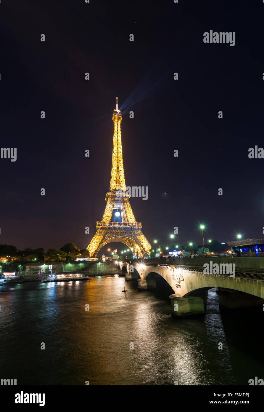 Illuminated Eiffel Tower at night, boats on River Seine, tour Eiffel, Paris, Ile-de-France, France - Stock Image