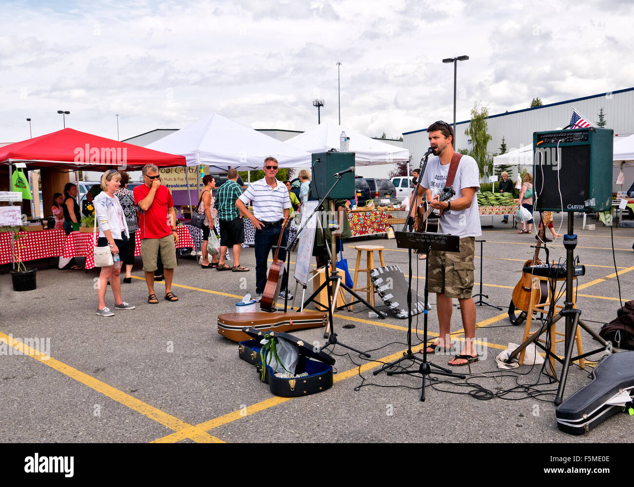 Musician entertaining at South Anchorage Farmer's Market. - Stock Image