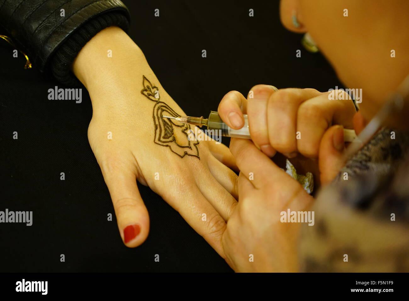 London Uk 6th Nov 2015 Rukea Maryama Azougaye Is An Henna Artist