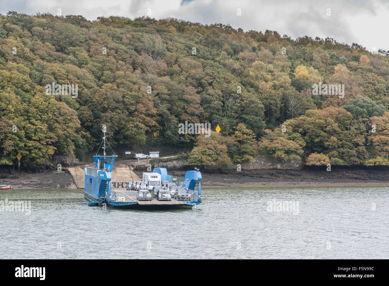 King Harry Ferry crossing the River Fal in Cornwall - Stock Image