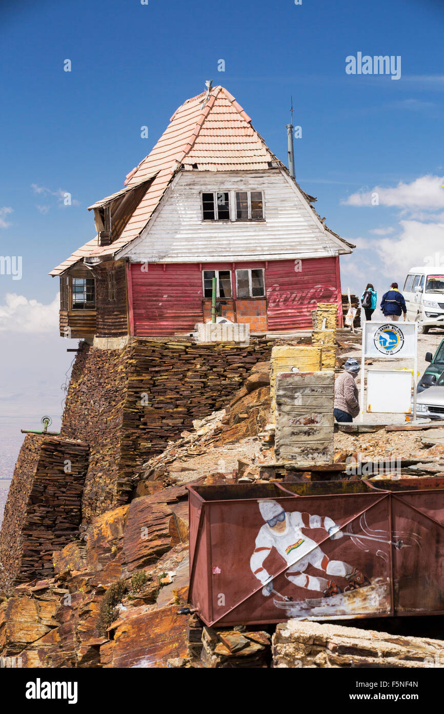 An old ski club hut on the peak of Chacaltaya (5,395m), until 2009 Chacaltaya had a glacier which supported the - Stock Image