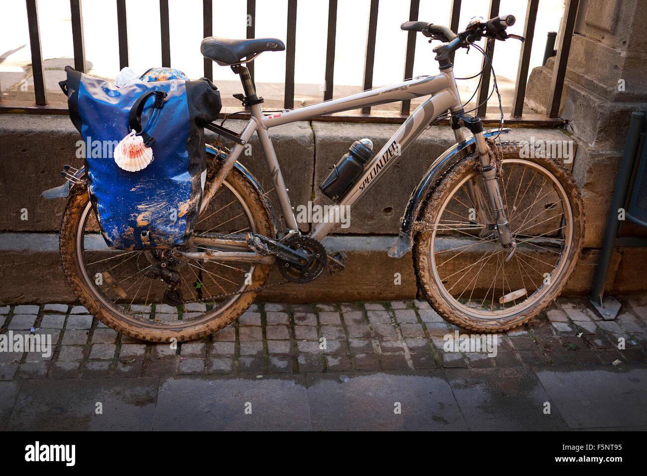 A muddy camino mountain bike en-route to Santiago de Compostela in Spain. - Stock Image
