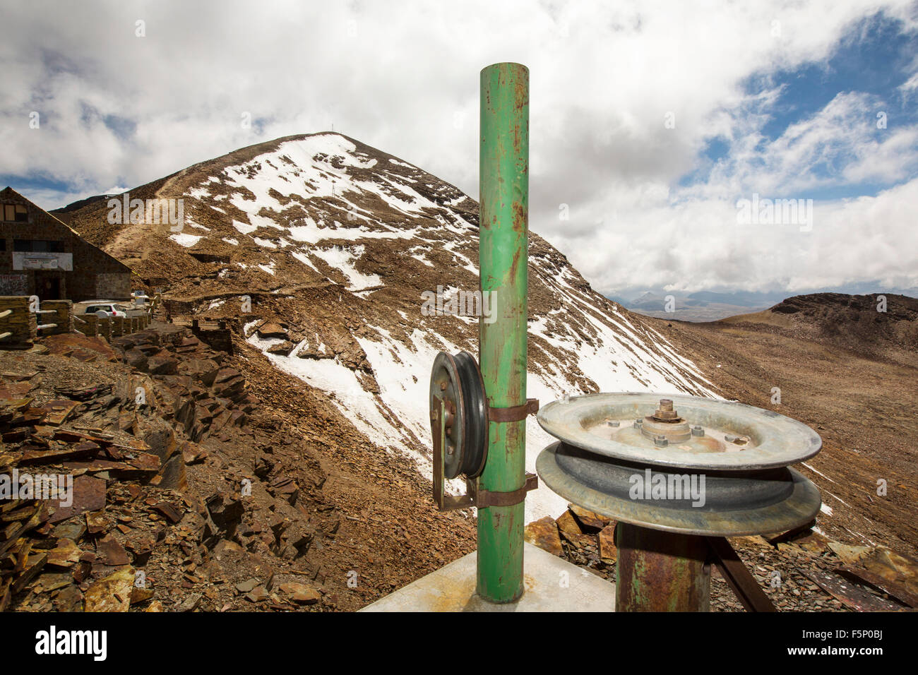 An old ski lift pulley on the peak of Chacaltaya (5,395m), which until 2009 had a glacier which supported the worlds - Stock Image