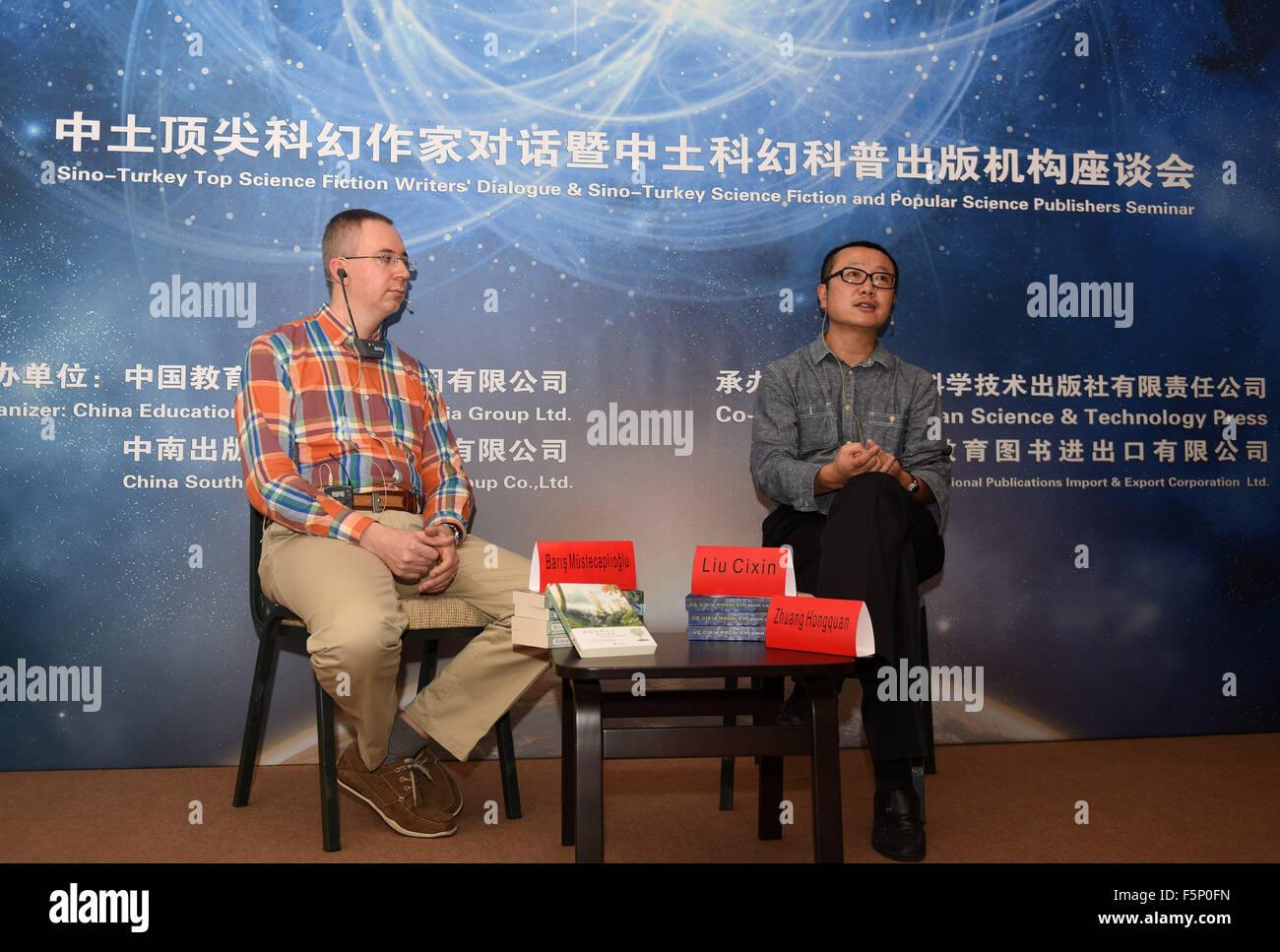 (151107) -- ISTANBUL, Nov. 7, 2015(Xinhua) -- Chinese sci-fi writer Liu Cixin (R) and Turkish sci-fi writer Baris - Stock Image