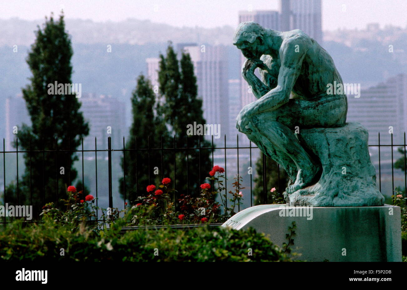 AJAXNETPHOTO. MEUDON, FRANCE. - THE THINKER - BRONZE STATUE BY FRENCH ARTIST AUGUST RODIN (1840-1917) AT THE VILLA - Stock Image