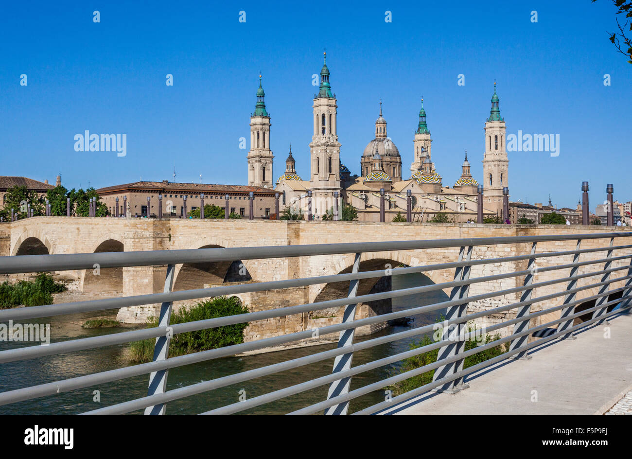 Spain, Aragon, Zaragoza, view of the Baroque style Basilica-Cathedral of Our Lady of the Pillar and Puente de Piedra - Stock Image