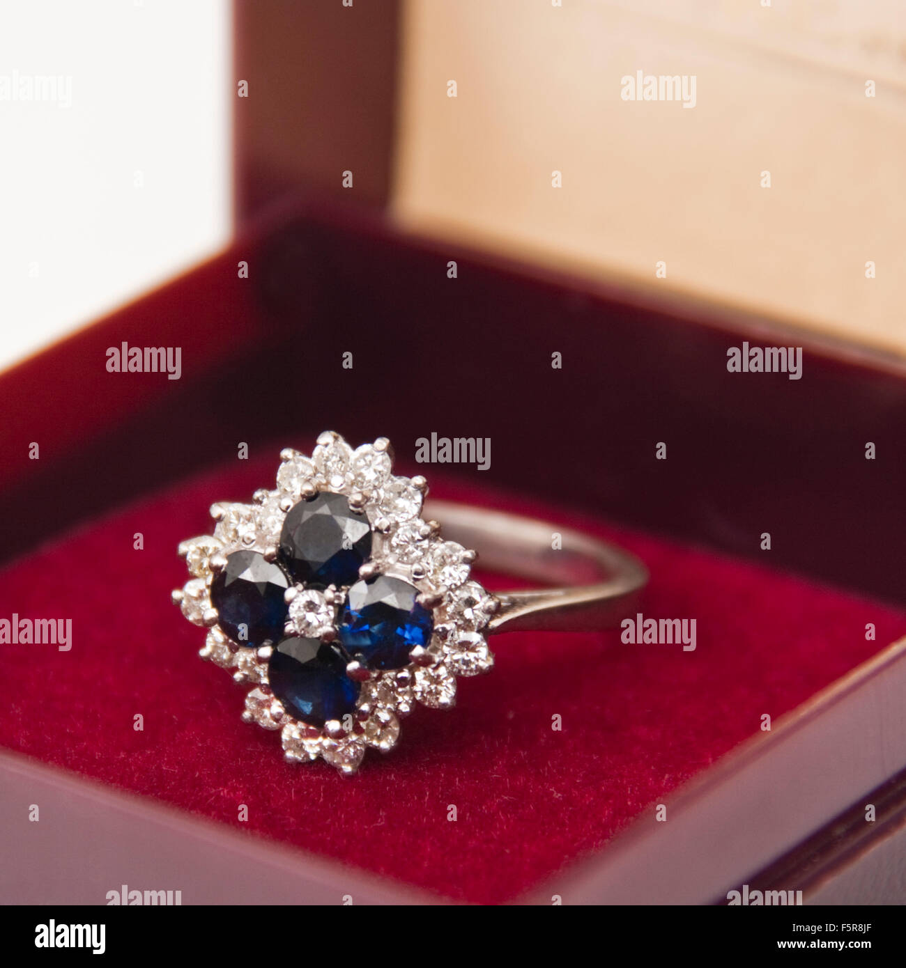 Elizabeth Duke of Bond Street London 18ct gold diamond ring Stock