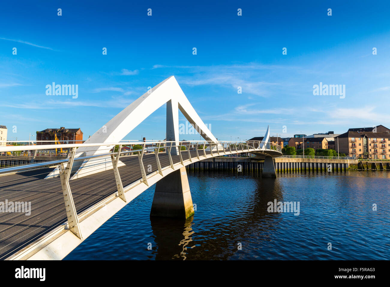 The Tradeston Bridge (Tredstoun) known as the squiggly bridge, a pedestrian bridge across the River Clyde in Glasgow, - Stock Image