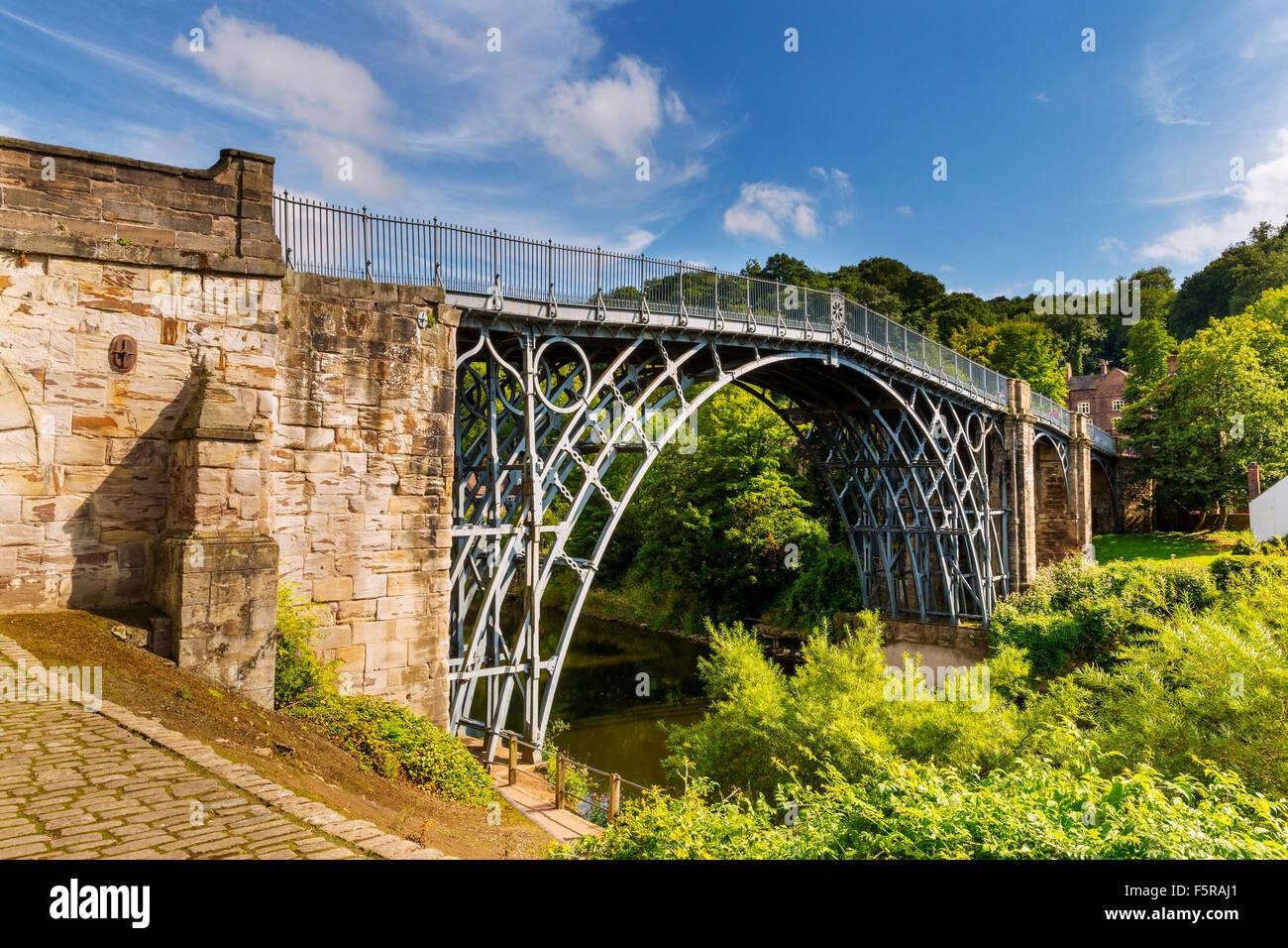 The Iron Bridge over the River Severn, Ironbridge Gorge, Shropshire, England, UK. Designed by Thomas Farnolls Pritchard - Stock Image