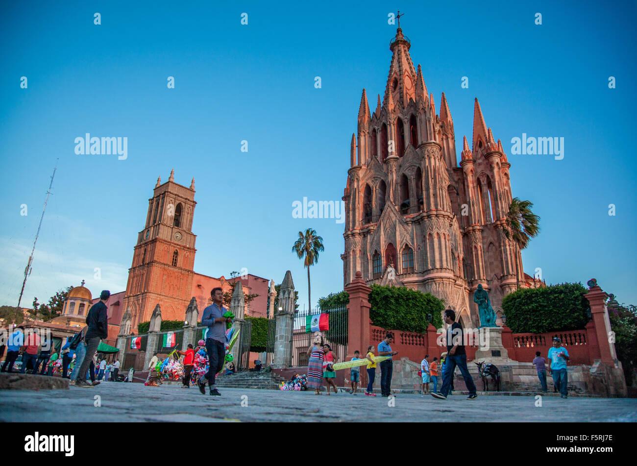 Parroquia de San Miguel Arcángel and Templo de San Rafael on the main square of San Miguel de Allende in Mexico - Stock Image