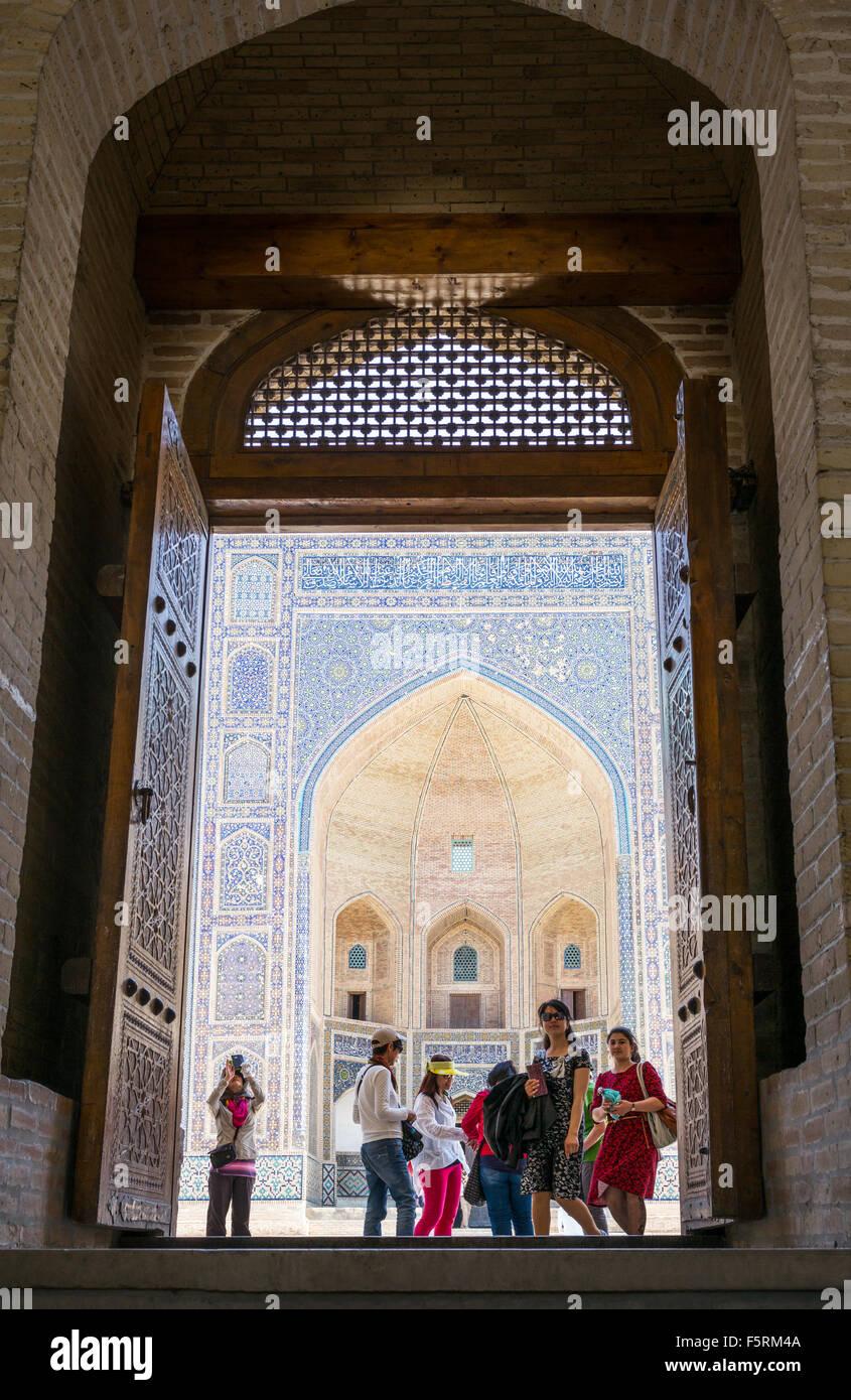 Uzbekistan, Bukhara, people on the entrance  of the Kalon mosque - Stock Image