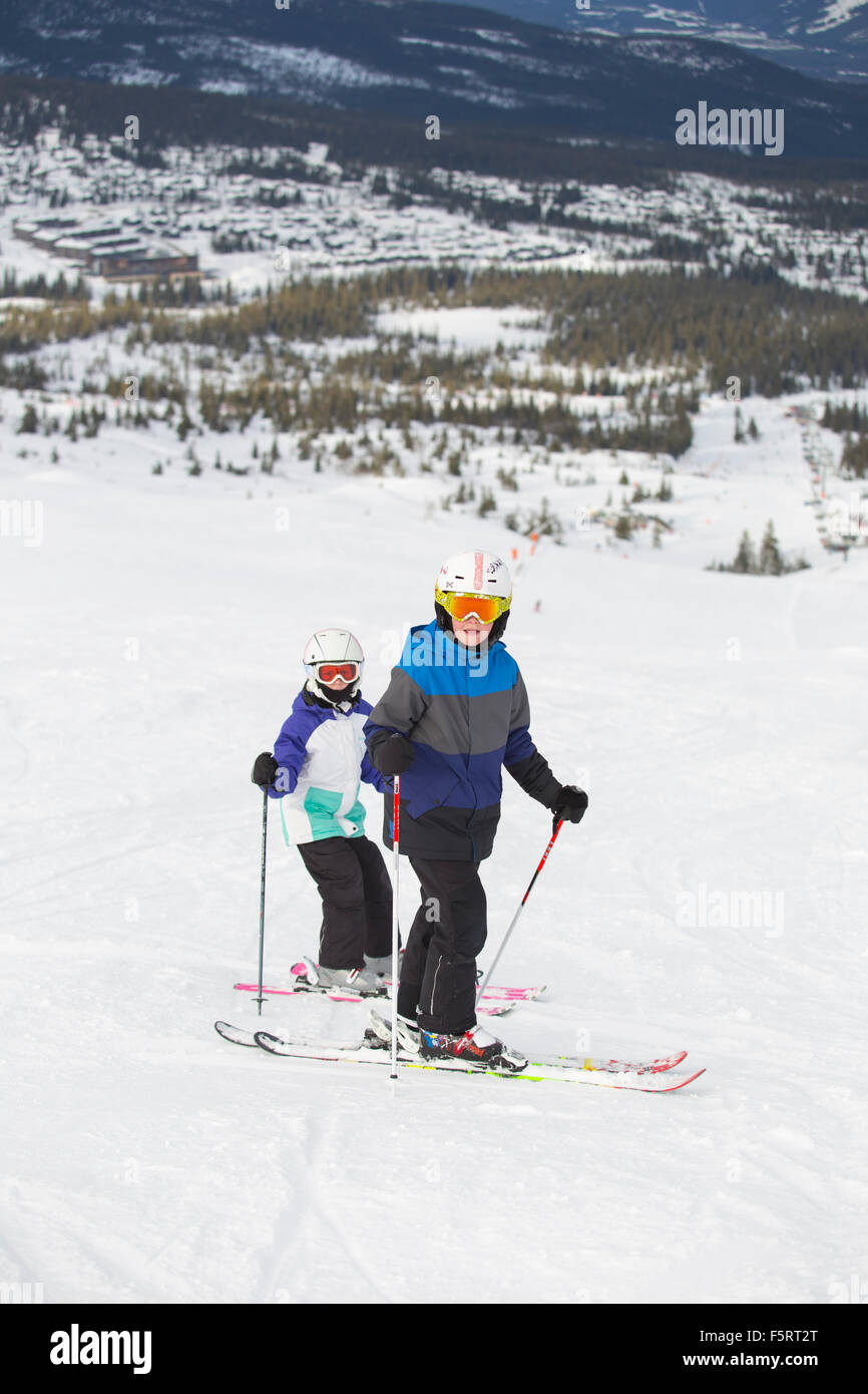 Norway, Hedmark, Trysil, Two children (10-11, 12-13) skiing in mountains - Stock Image