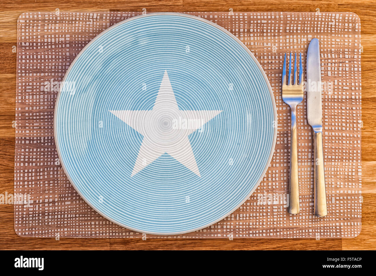 Dinner plate with the flag of Somalia on it for your international food and drink concepts. - Stock Image