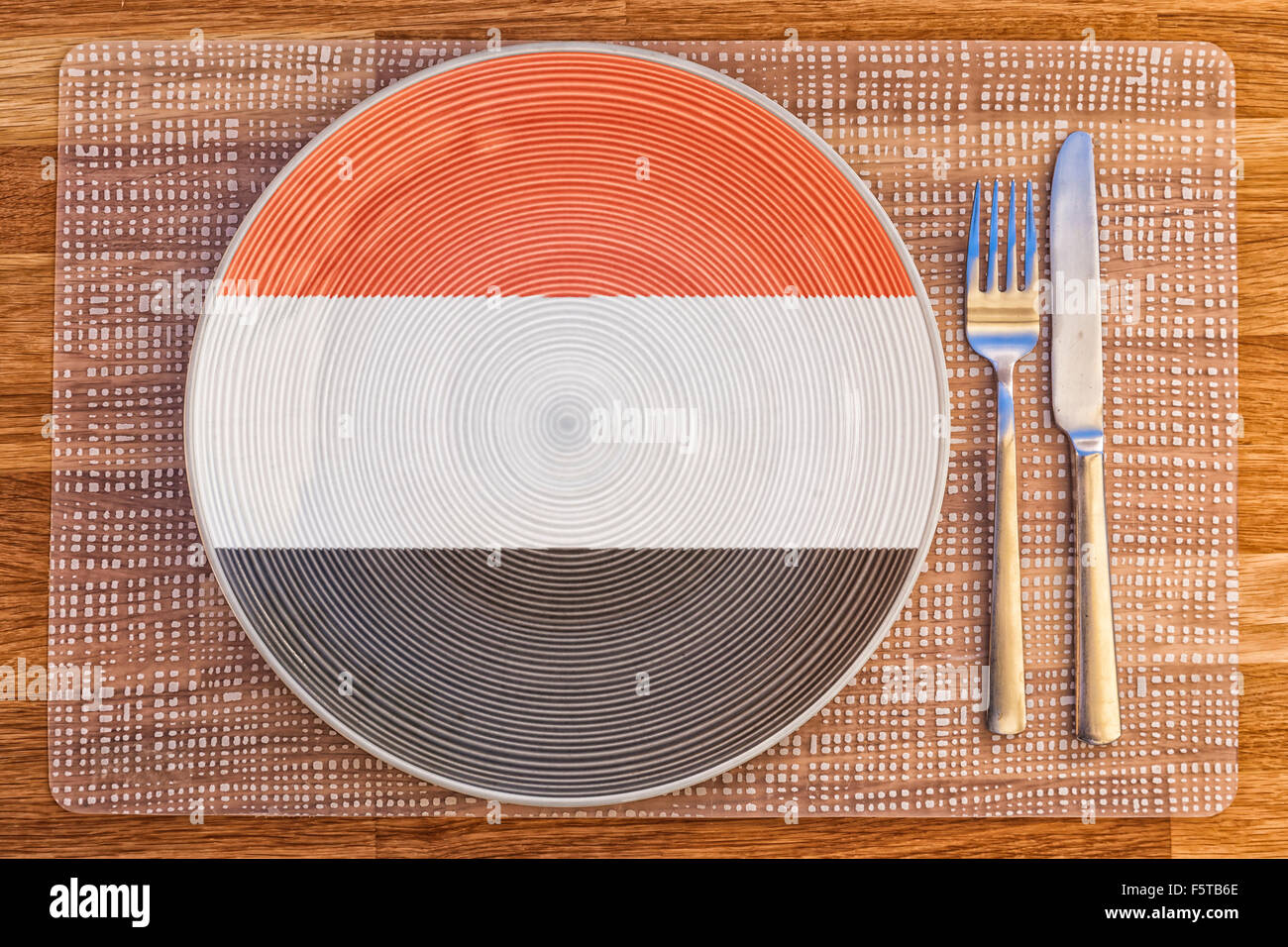 Dinner plate with the flag of Yemen on it for your international food and drink concepts. - Stock Image