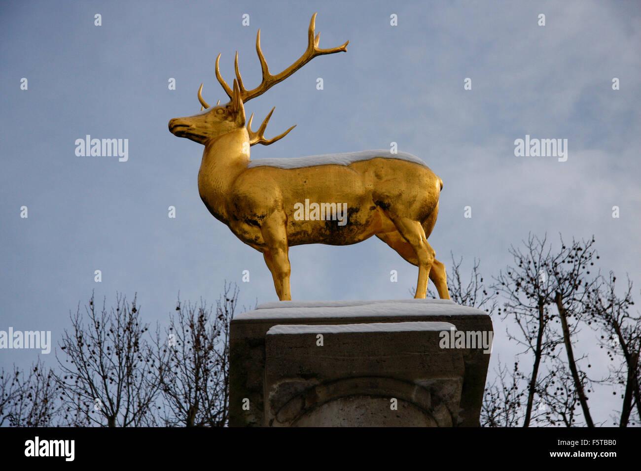 Goldener Hirsch, Hirschbrunnen, Rudolph Wilde Park, Berlin-Schoeneberg. - Stock Image