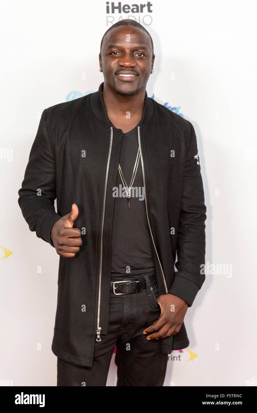 Miami, Florida, USA. 7th Nov, 2015. Rapper AKON walks the red carpet backstage during the iHeartRadio Fiesta Latina - Stock Image