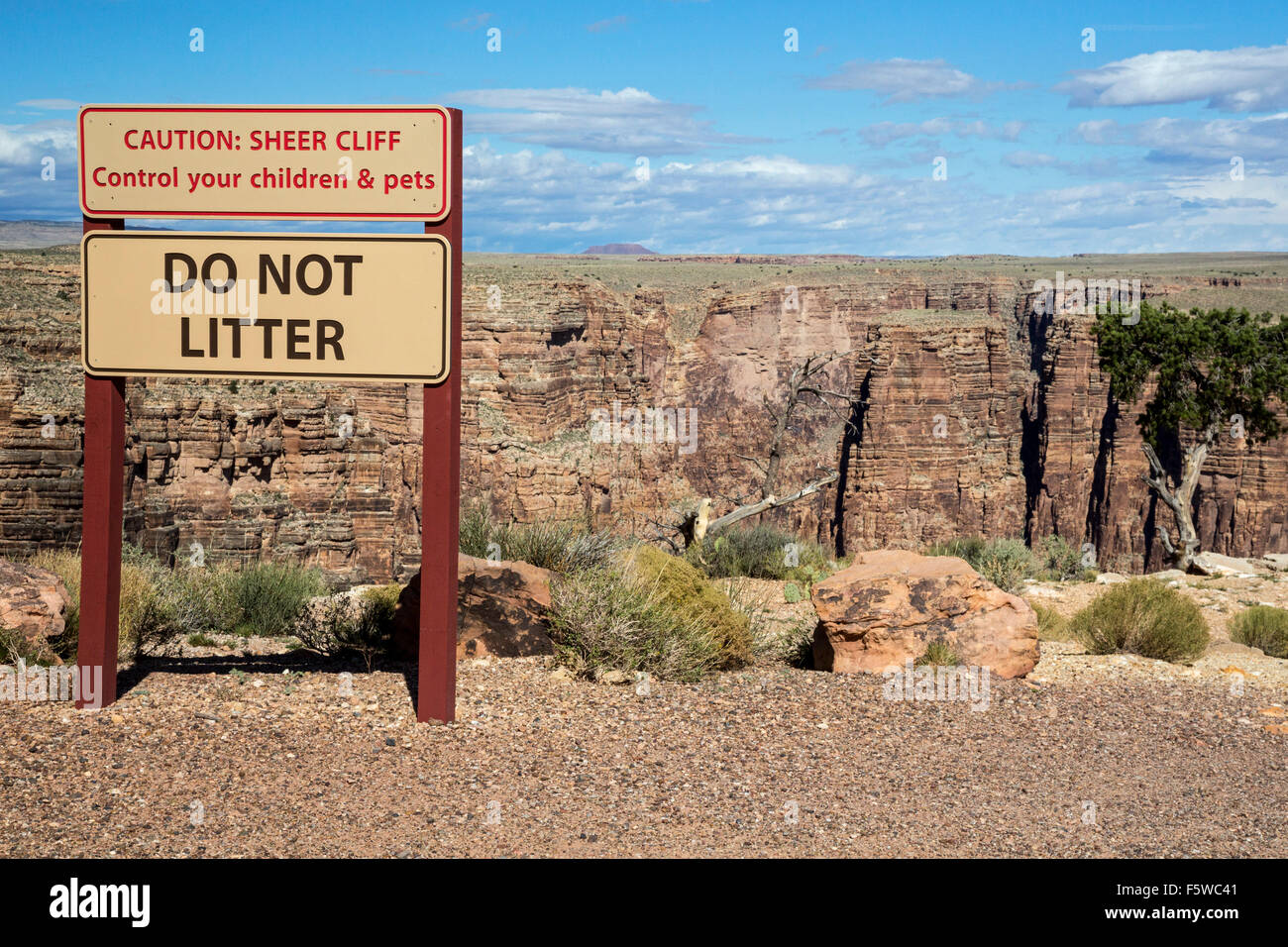 Cameron, Arizona - A sign prohibits littering and warns visitors to keep their children from falling off a cliff. - Stock Image