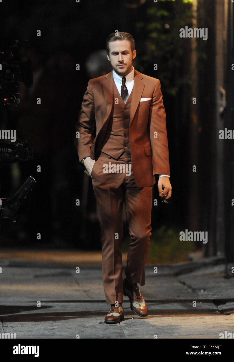 057560fb186cd Ryan Gosling sports a vintage brown suit for a scene in 'La La Land ...
