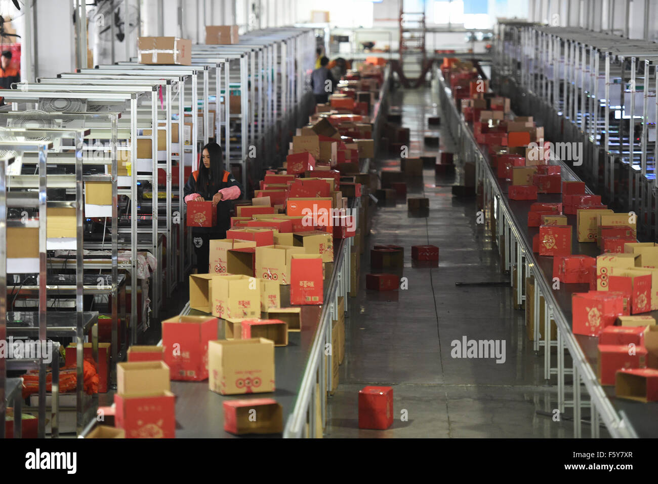 (151110) -- HANGZHOU, Nov. 10, 2015 (Xinhua) -- Workers sort out goods bought by customers online at a deliver center - Stock Image