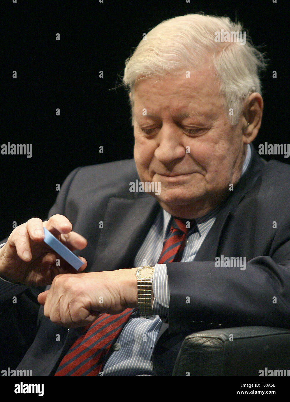Former Chancellor Helmut Schmidt puts snuff tobacco on his hand during an SPD event at Thalia Theater in Hamburg Stock Photo