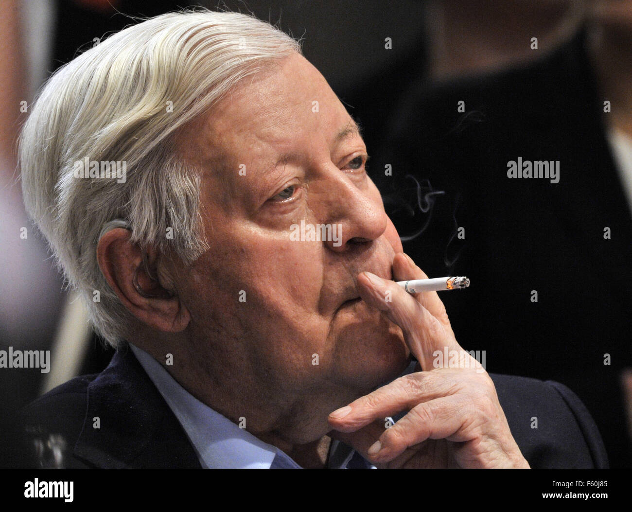 FILE - A file picture dated 18.10.2008 shows former German chancellor Helmut Schmidt smoking a cigarette during - Stock Image