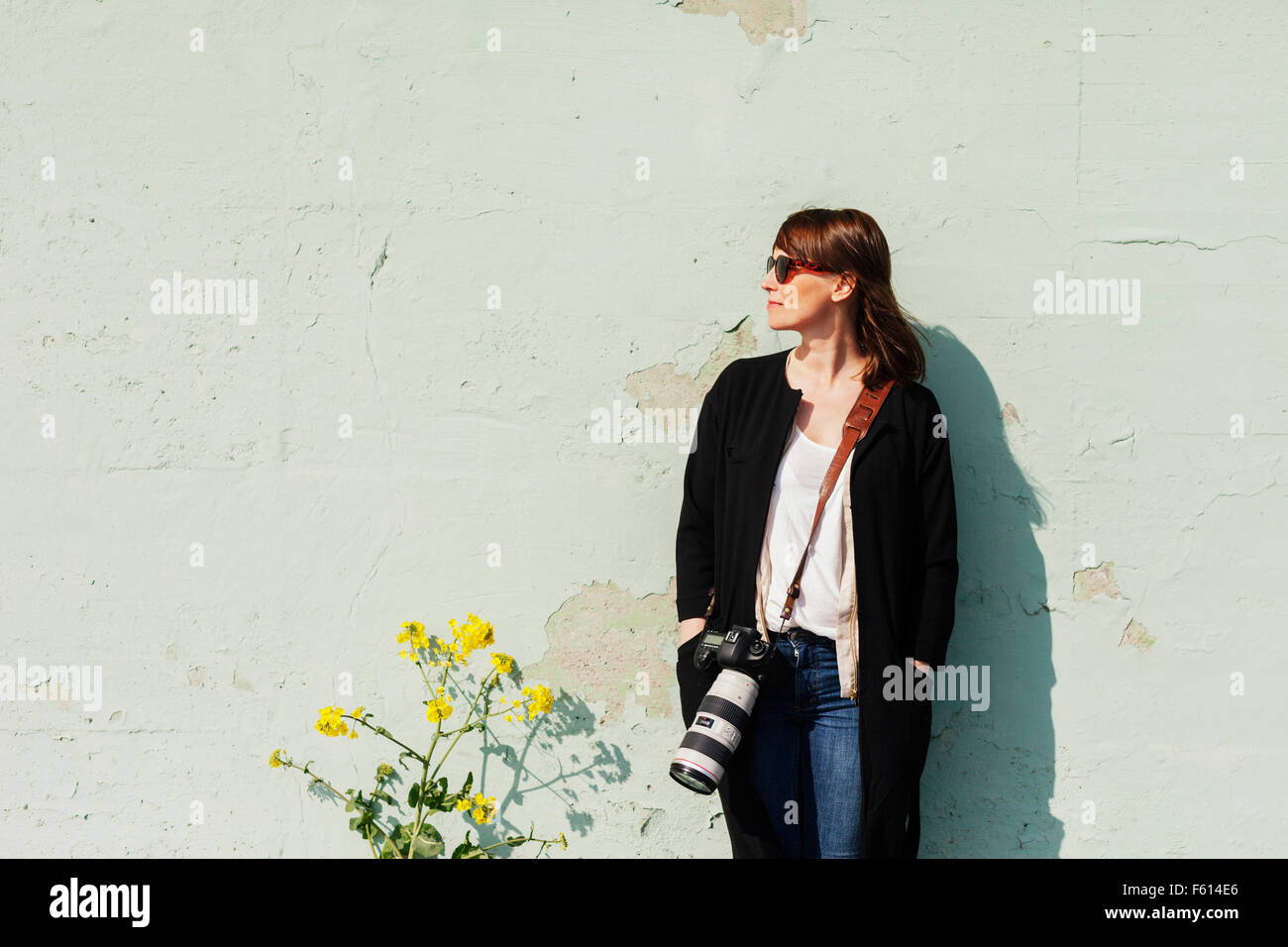 Young woman with SLR camera - Stock Image