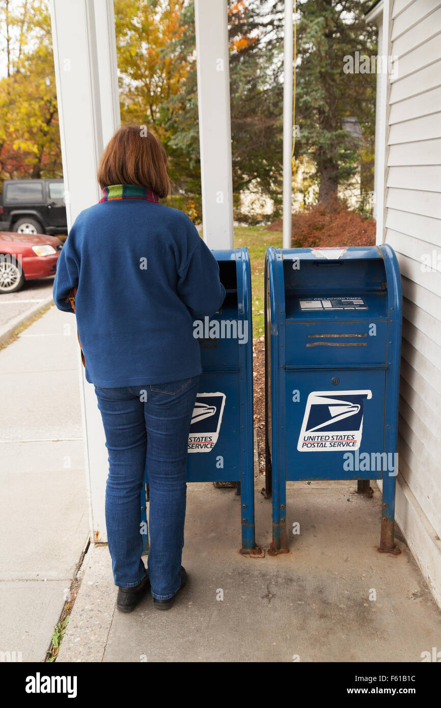A woman posting a letter in a US mailbox, Vermont USA - Stock Image