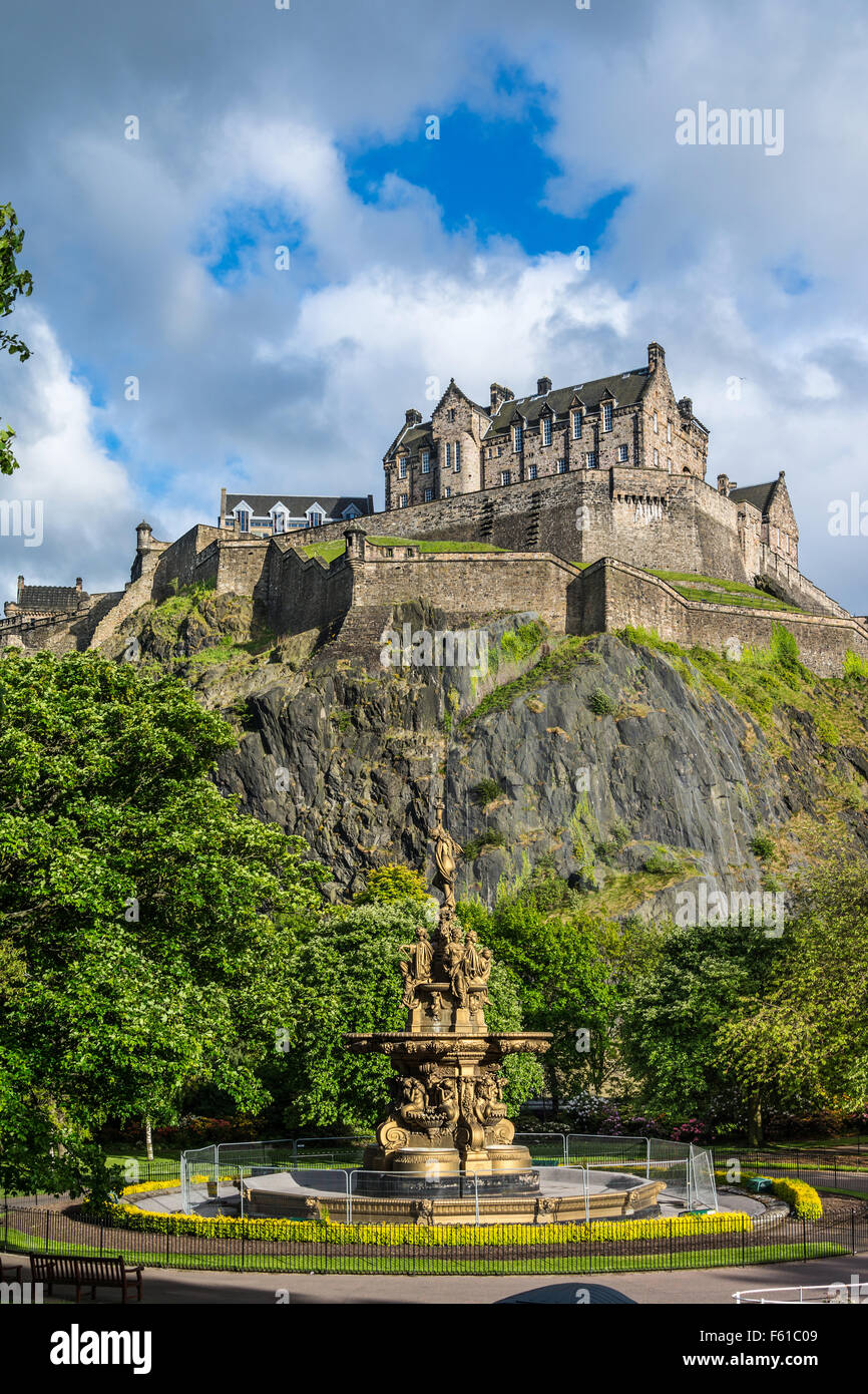 Edinburgh Castle, Scotland, from Princes Street Gardens, with the Ross Fountain in the foreground - Stock Image