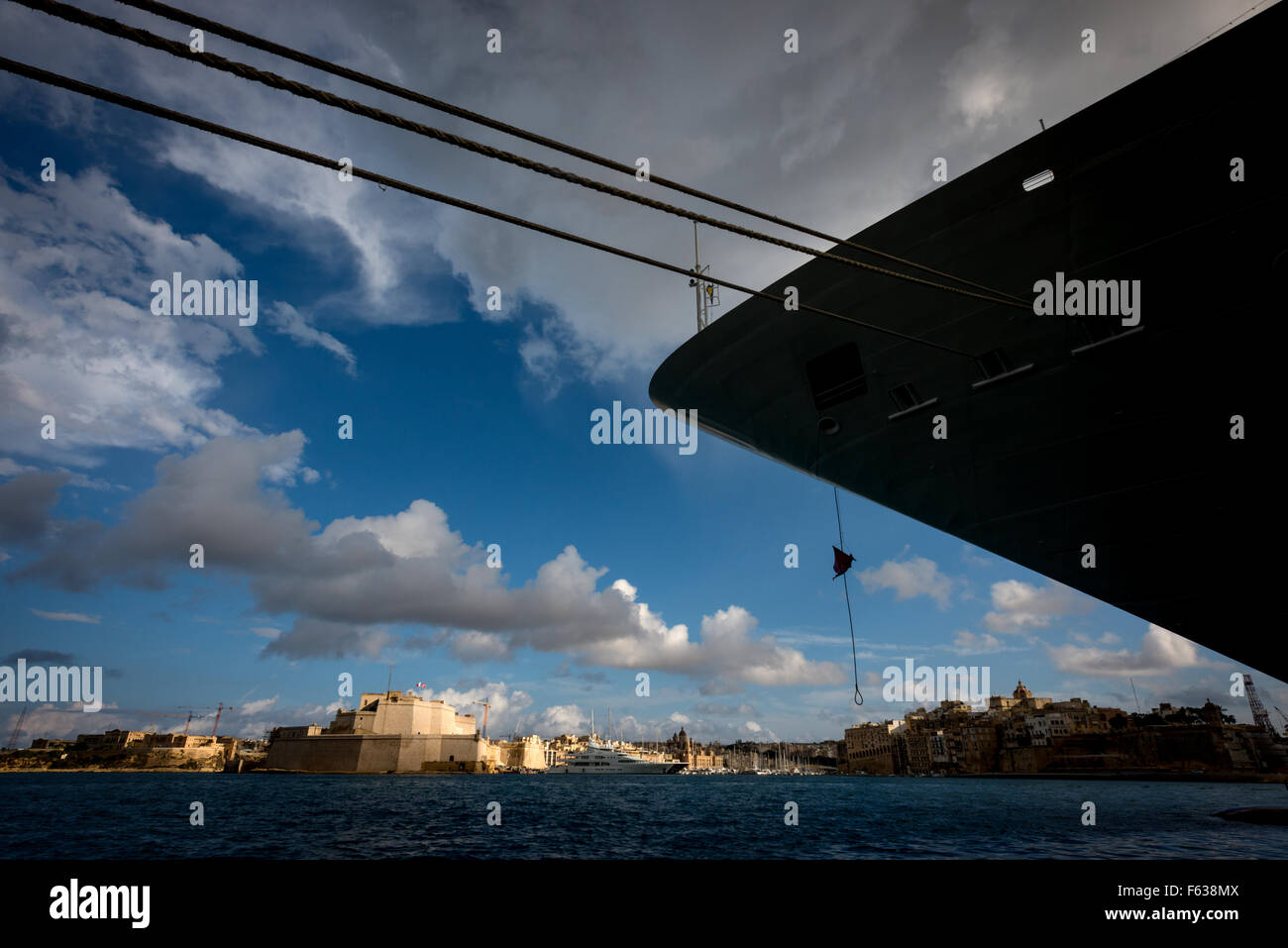 Looking across to Fort St Angelo in Birgu, under the bow of a cruise ship, opposite Valletta in Malta. - Stock Image