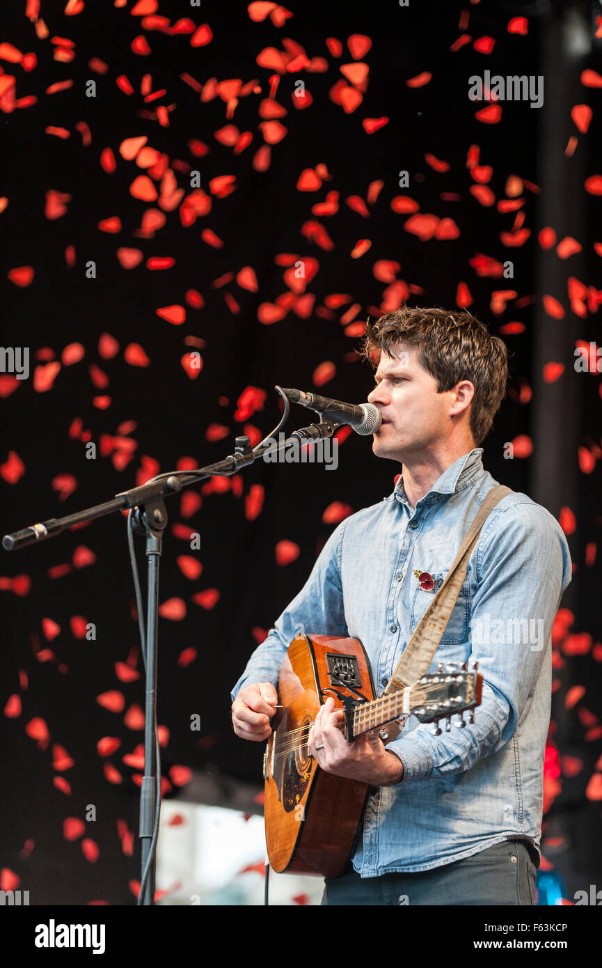 London, UK.  11 November 2015.  Folk singer, Seth Lakeman, performs on stage in front of large crowds gathered in - Stock Image